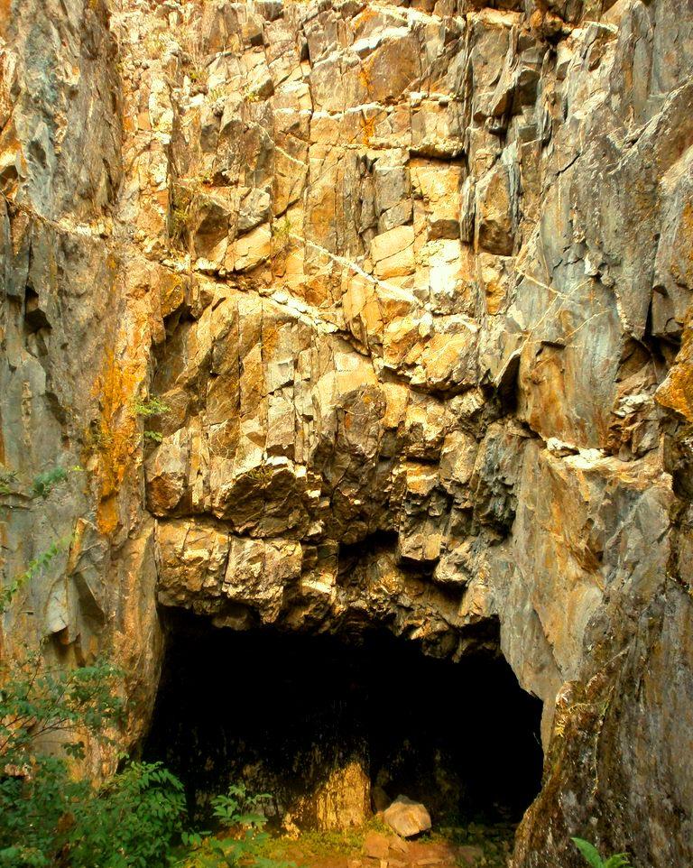 грот в скале