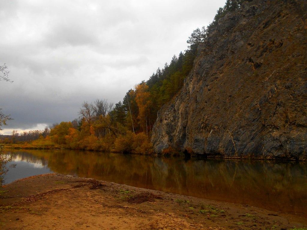 скала на берегу реки